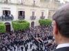 C.so Umberto, Palazzo La Lumia. Gesù ha appena lasciato la croce. Fra poco sarà crocefisso (foto Domenico Terrana)